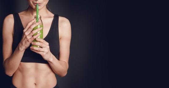 Fitness Smoothies Mädchen trinkt Powerdrink