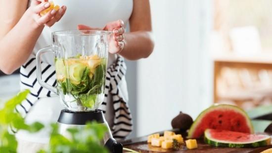 Fitness Smoothies zubereiten zuhause Ananasstücke Standmixer Wassermelone Wasser Minze