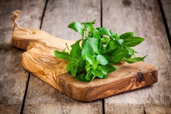 Frische Blätter Basilikum in der Küche