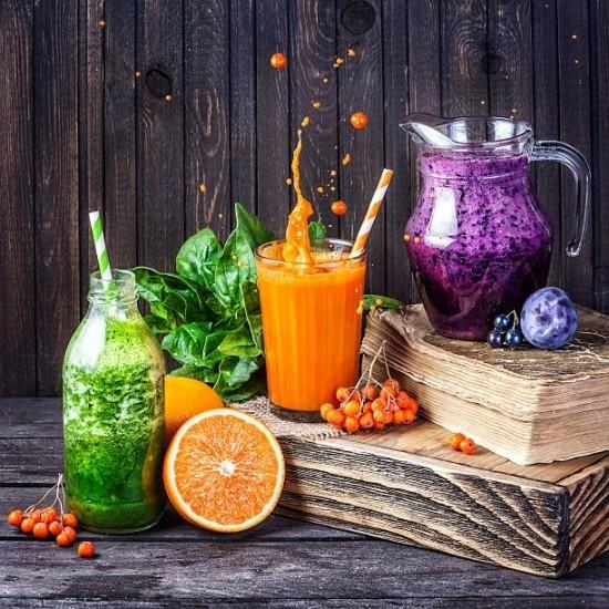 Frische Fitness Smoothies verschiedene Farben Beeren Obst grüner Spinat auf Holz gestellt