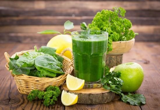 Frischer grüner Smoothie im Glas Zitrone Apfel Pflanzengrün