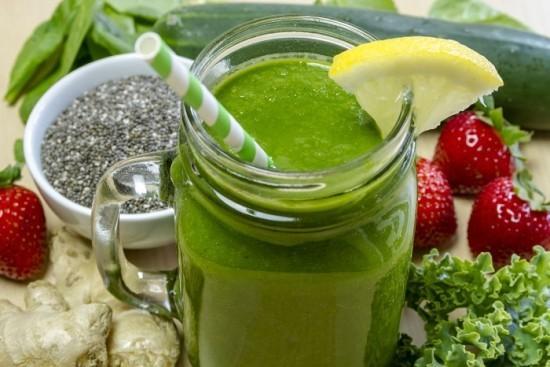 Gesunder grüner Smoothie Chia Samen Erdbeeren Obst Gemüse
