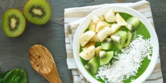 Grüne Smoothies Becher Spinat Kiwi Banane Kokosnussraspeln