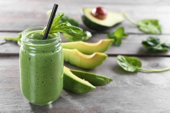 Grüner Smoothie in Glas Avocado Spinatblätter