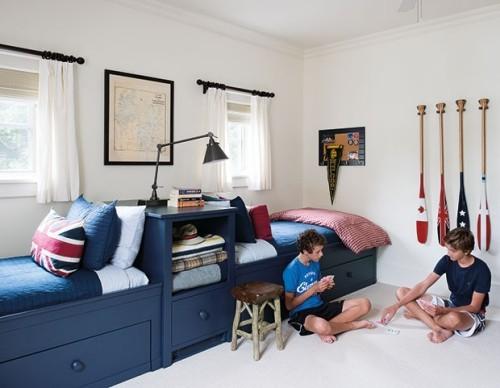 Jungenkinderzimmer in Königsblau und weiß maritimer Stil