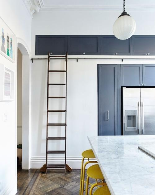Küche Kontraste Küchenschränke dunkelblau weiß maritimer Stil