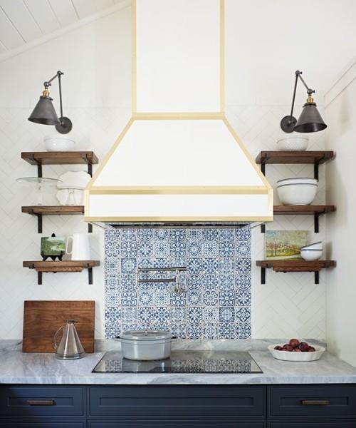 Küche blau-weiß Fliesen im Farbduo fein gemustert Küchenrückwand