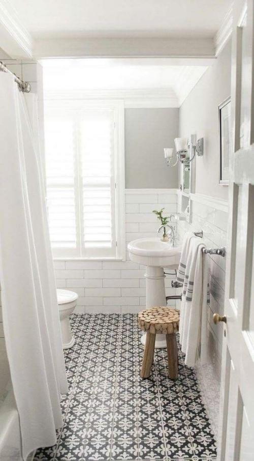 Kleines Bad ganz in Weiß schön gemusterte Bodenfliesen schwarz-weiß Blickfang