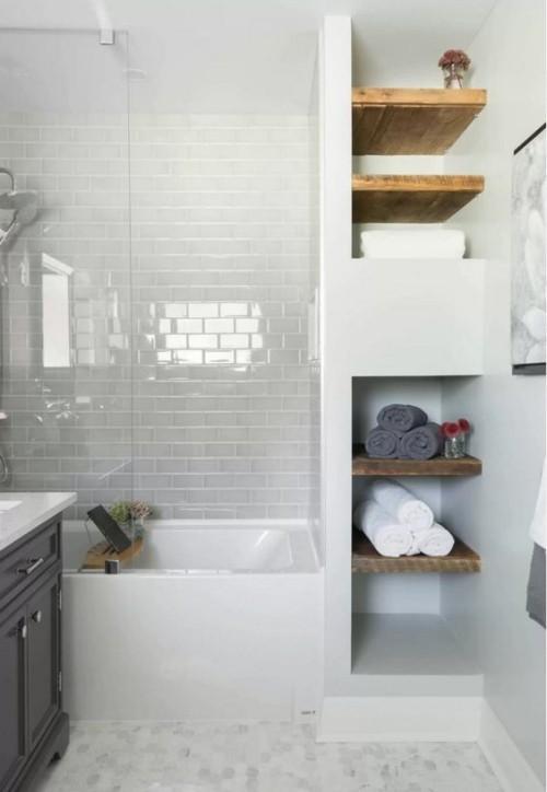 Kleines Bad weiße Metro Fliesen offenes Regal in der Nische sehr praktisch