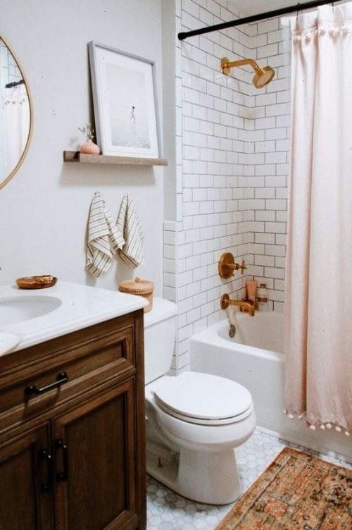 Kleines Badezimmer Retro Stil weiße Metro Fliesen weiße Wände in Kombination Holz Messing