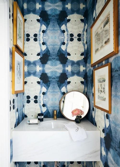 Kleines Badezimmer attraktiv gestaltet blau-weiß Wandbilder