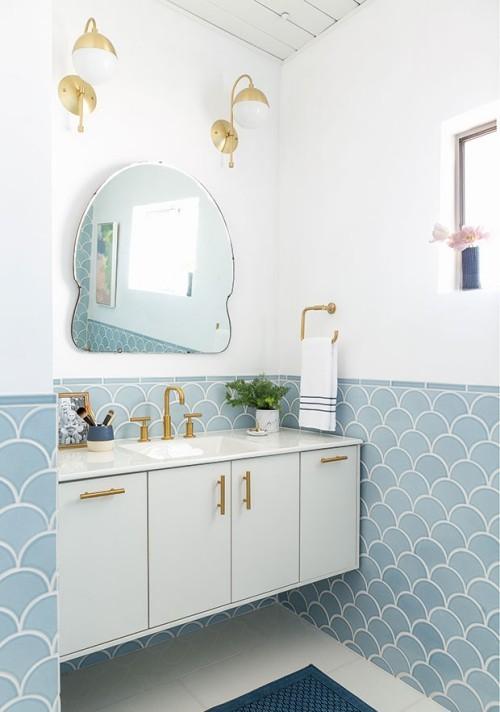 Kleines Badezimmer weiß als Grundfarbe hellblaue Fliesen im Schuppenmuster