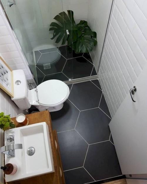 Kleines Badezimmer weiß schwarz im Kontrast groß dimensionierte Bodenfliesen