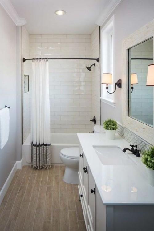 Kleines Badezimmer weiße Fliesen großer Wandspiegel Wandleichte optische Täuschung