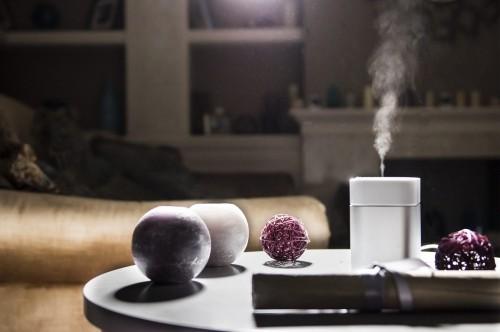 Luftbefeuchter auf dem Tisch häusliches Interieur