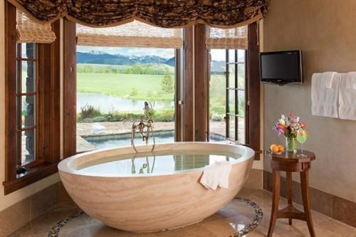Luxusurlaub Badewanne Beistelltisch Blumen Obst Getränk herrliche Natur viel Komfort