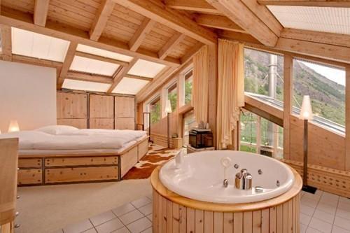 Luxusurlaub luxuriöses Badezimmer sanfte Holznuance viel Wärme