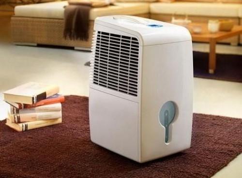 Moderner Luftentfeuchter kontrolliert Luftfeuchtigkeit im Raum