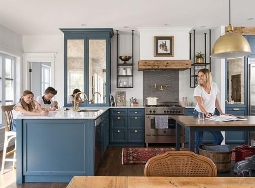Offene Wohnküche blau-weiß eine lockere Atmosphäre sehr ansprechende Raumgestaltung