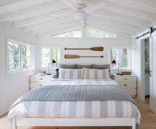 Schlafzimmer im Landhausstil am Meer maritime Elemente blau –weiß grau