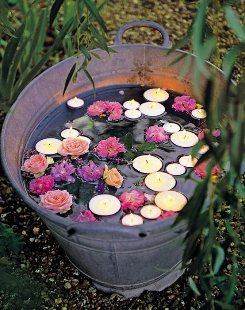 Sommerparty Kerzen Blumen im Wasser Eimer Maßnahme gegen Mücken