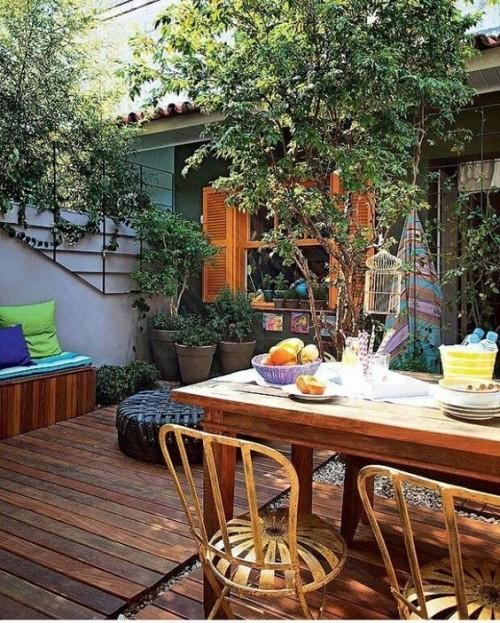 Sommerparty auf der Veranda viel Grün genügend Sitzplätze Sitzkissen frisches Obst