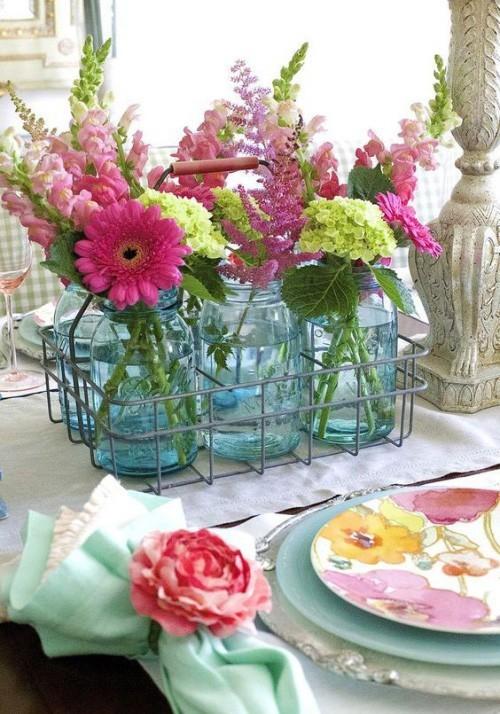 Sommerparty einfaches Partygeschirr aus Acryl Einmachgläser als Vasen viele Blumen