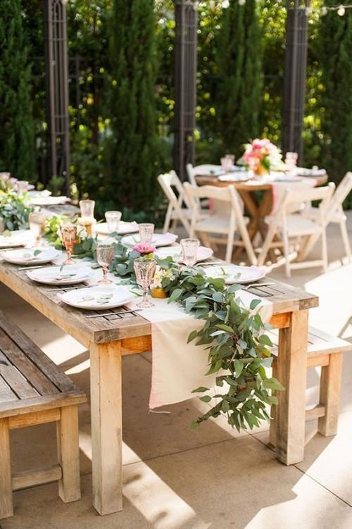 Sommerparty im rustikalen Stil schöne Tischdeko Blumen Grün