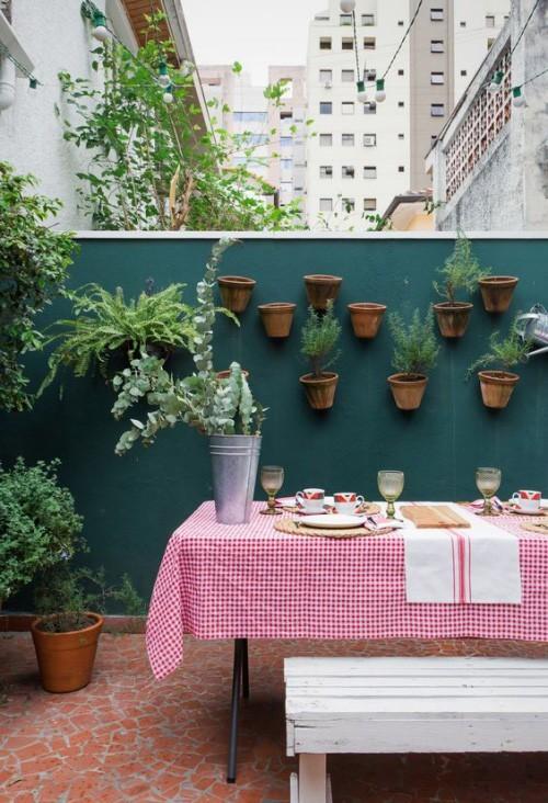 Sommerparty kleiner Raum Großstadt dekorierter Esstisch hängende Blumentöpfe