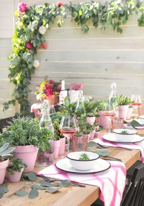 Sommerparty organisieren einzigartigen Stilmix erzielen rosa Töpfe viele Grünpflanzen