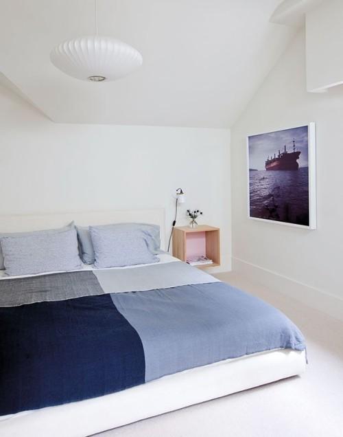 Stilvoll eingerichtetes Schlafzimmer blau-weiß maritimer Stil