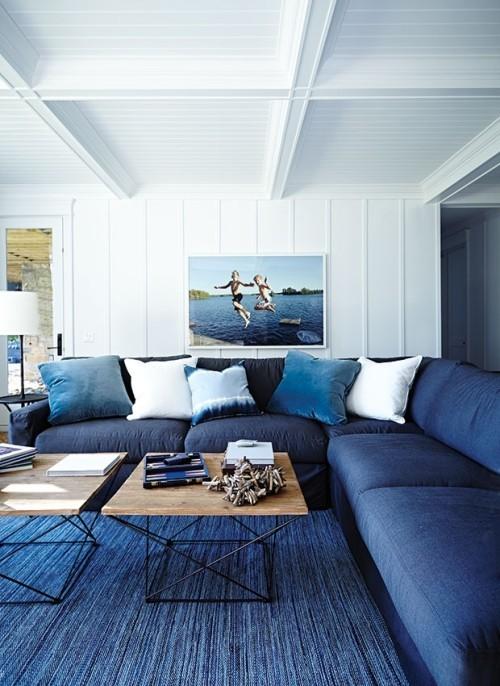 Wohnzimmer maritime Farben Königsblau Coach Teppich weiße Wände schönes Bild