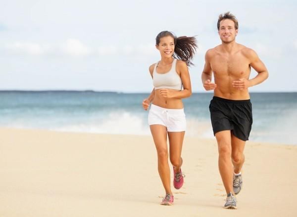 bauchfett loswerden mann und frau joggen am strand