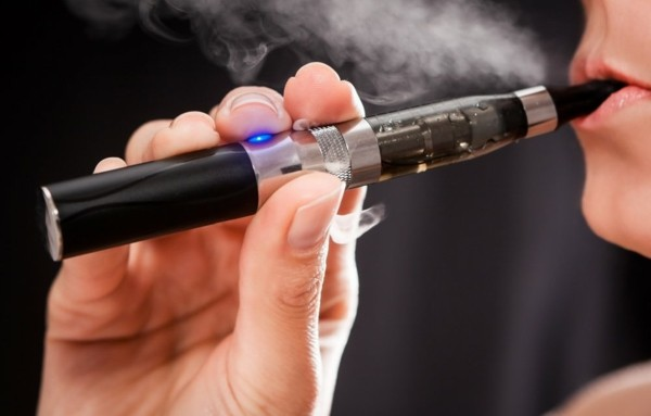 frau raucht eine e-zitarette rauchen aufhören tipps