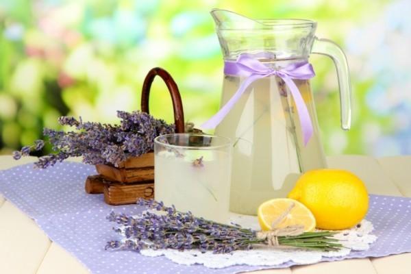 hausgemachter lavendelsirup und limonade
