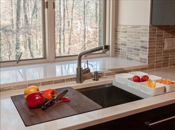 küchenspüle mit schneidebrett kleine eckküche