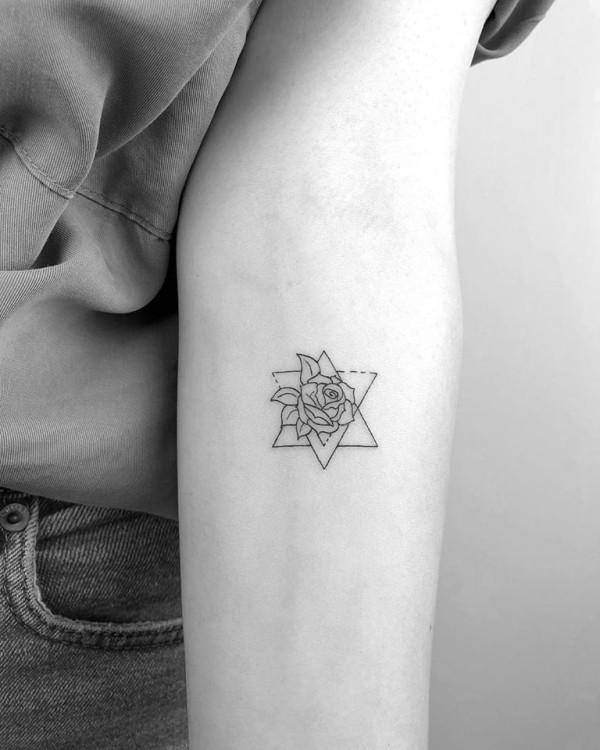 kleine tattoos stern mit einer rose
