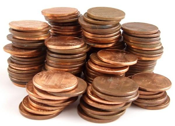 Kupfermünzen auf dem Tisch als mittel gegen Wespen