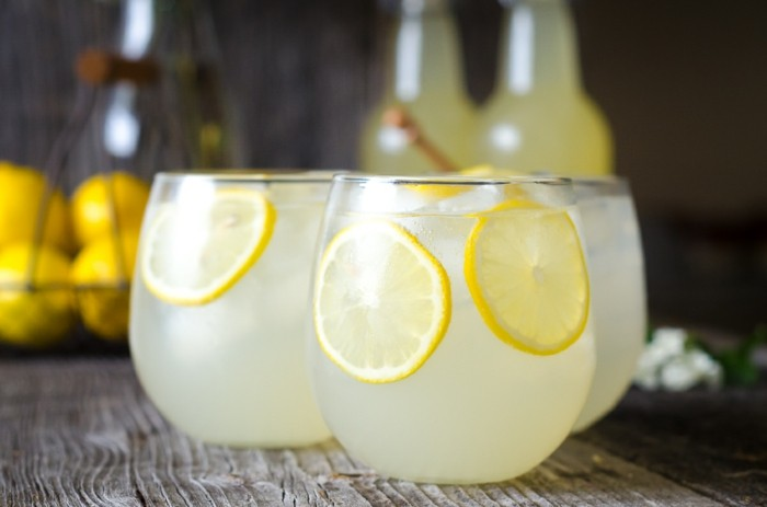 limonade ideen kanne mit zitronen