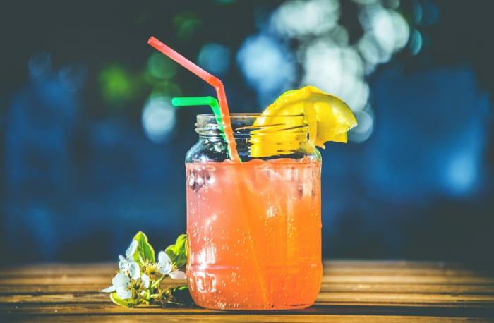 limonade ideen rot mit strohhalm