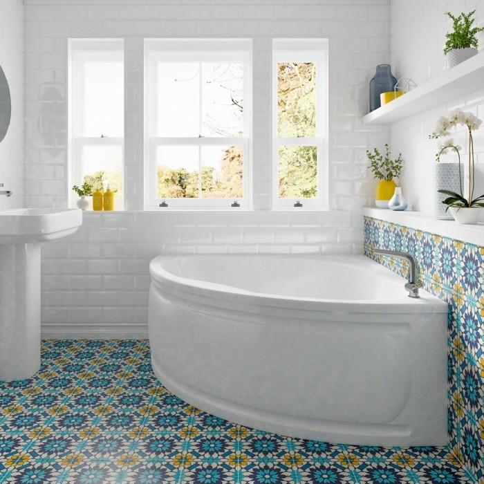 mediterranes badezimmer mit einer eckbadewanne