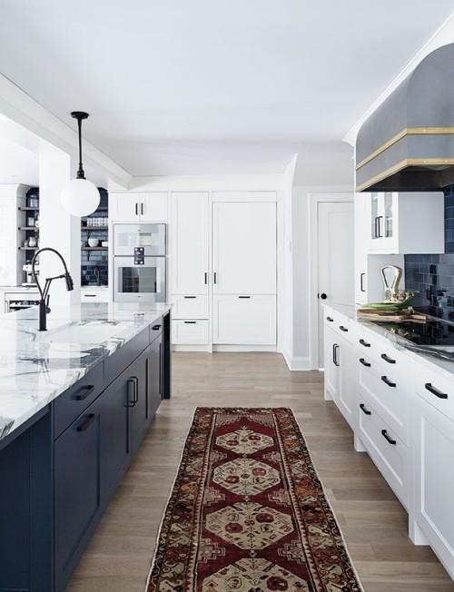 offene moderne Küche blau-weiß brauner Küchenläufer