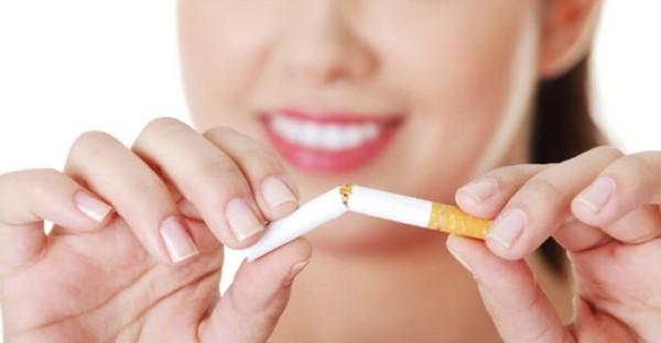 rauchen aufhören tipps frau zerreißt eine zigarette