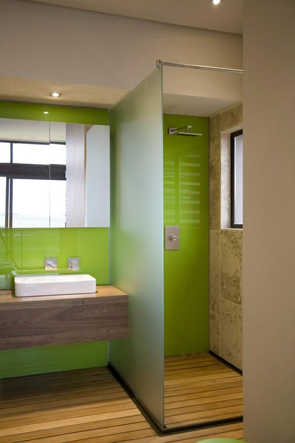 traumhaus bad mit grünen akzenten