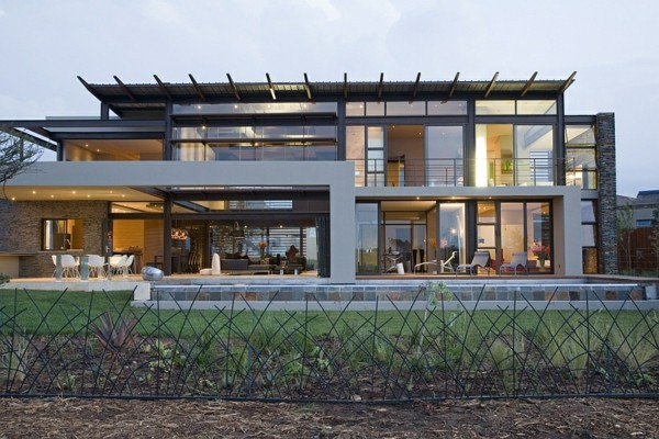 traumhaus glasfassade und solide flächen