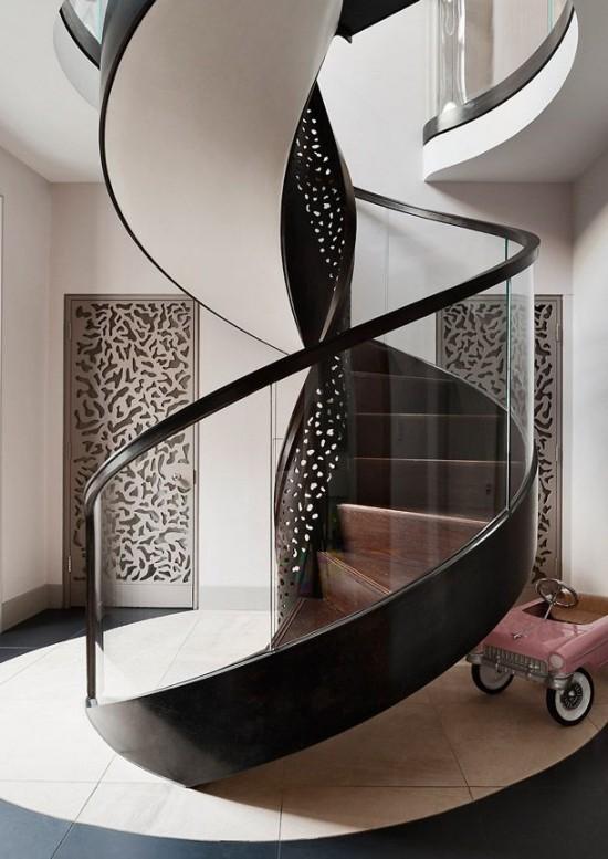 wendeltreppe aus schwarzem metall und glas