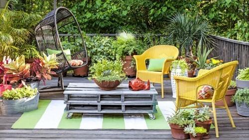 Bunte Gartenmöbel viele Blumen kleinen Garten einladend machen
