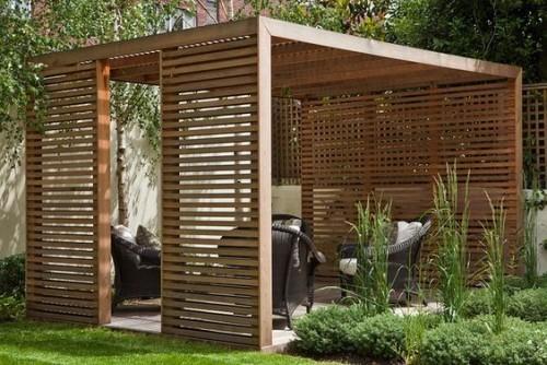 Einladende Ecke im Freien Pergola bequeme Geflechtmöbel ideale Einrichtung