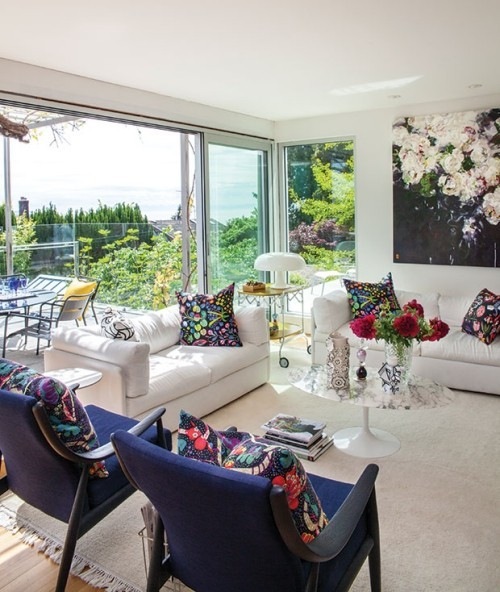 Farbenfrohes Interieur bunte Möbel viele Farben grüne Landschaft draußen