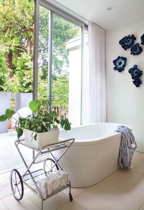 Freistehende Badewanne Glaswand offene Veranda Grenzen zwischen drinnen und draußen verschwinden